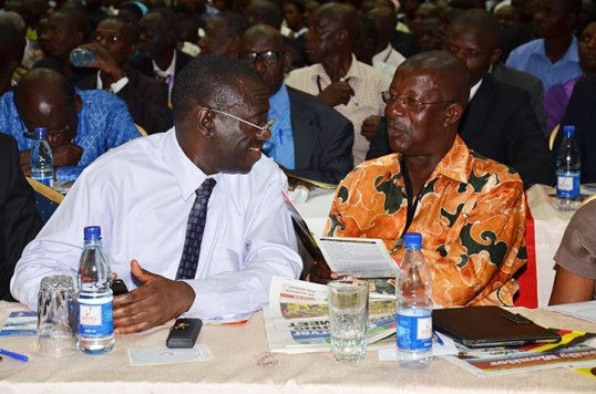 Kiiza-Besigye-talking-to-Amanya-Mushega