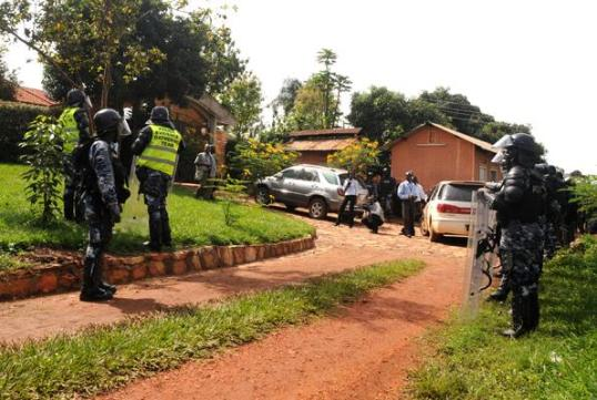 Dr. Kizza Besigye 141015 Sieged by Police