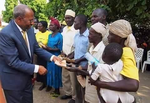 PM Uganda 11.02.2016 Paying Bribe