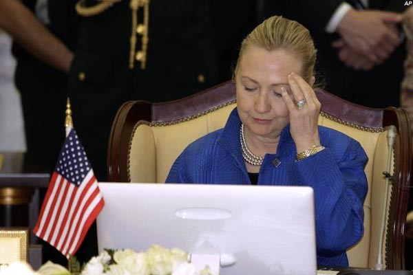 hillary-clinton-laptop-emails-600x400
